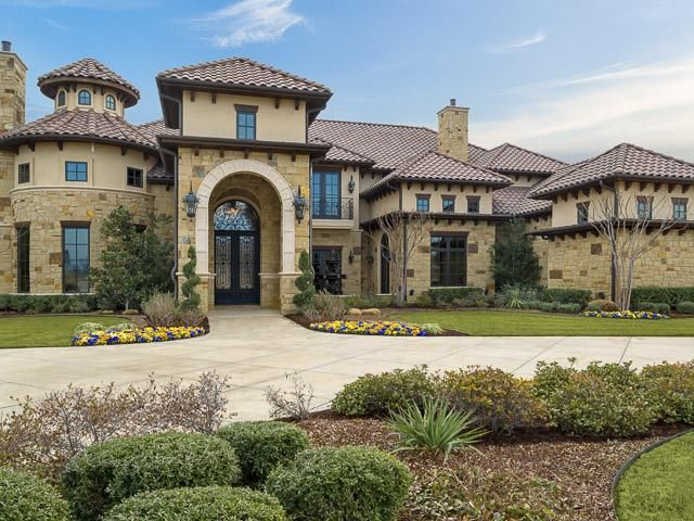 12 mediterranean style stucco house examples for Spanish style homes for sale in dallas tx